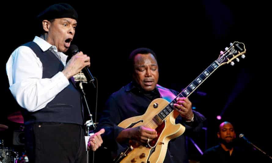 Al Jarreau and George Benson on stage together in 2007.