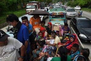 People flee Marawi in vehicles