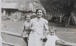 大屠杀幸存者Janine Webber,左图,1936年,四岁,与她的母亲Lipka和兄弟Tunio。