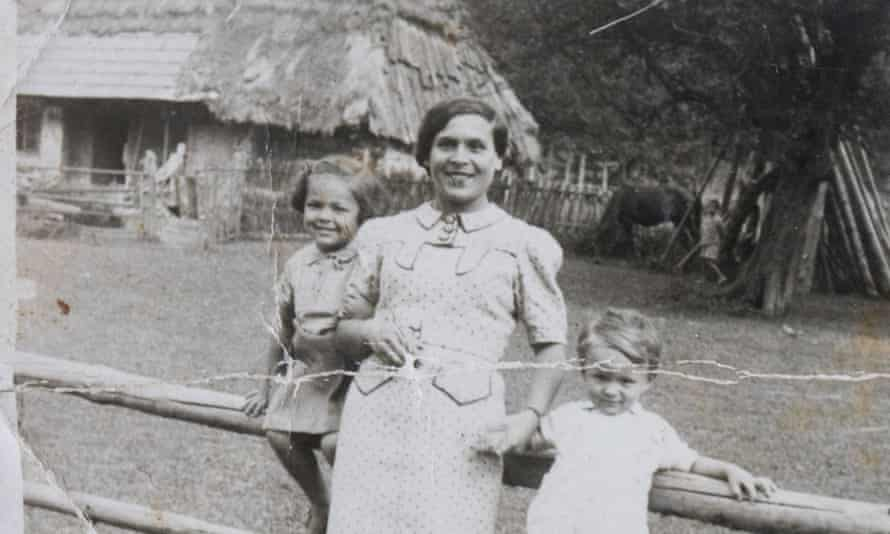 Holocaust survivor Janine Webber, pictured left, in 1936, aged four, with her mother, Lipka, and brother Tunio.