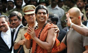 Police escort Hindu 'godman' Nithyananda to a 2012 bail hearing.