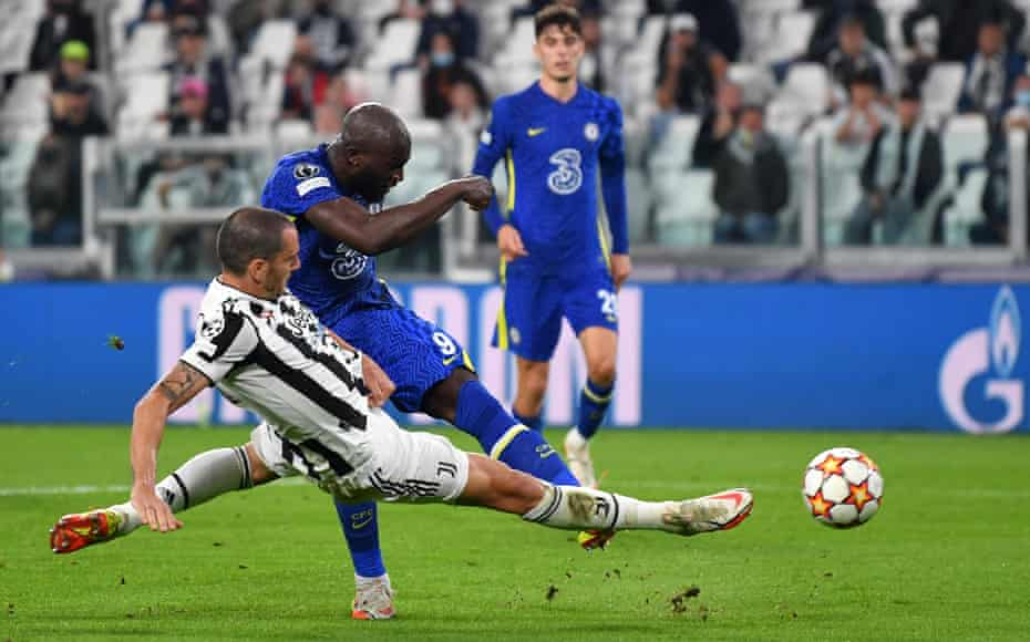 Romelu Lukaku shoots under pressure from Leonardo Bonucci.