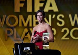 周一,Carli Lloyd在苏黎世的一场炫目仪式上接受了国际足联的年度最佳球员奖。