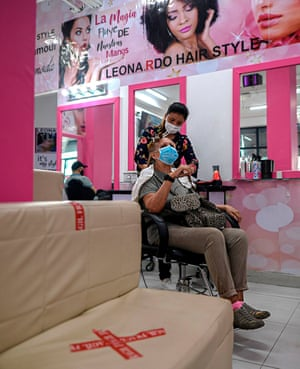 """Panama's government allowed the reopening of hairdressing salons, which had been inactive for the last five months due to the pandemic, in an attempt to """"avoid the economic collapse"""" of the country with the largest number of infections in Central America."""