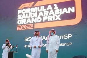 Menteri Olahraga Saudi Pangeran Abdulaziz bin Turki (tengah) dan Khalid al-Faisal, ketua Federasi Mobil dan Motor Saudi, berfoto di atas panggung selama konferensi pers untuk mengumumkan Grand Prix Arab Saudi sebagai bagian dari kalender F1 2021.