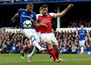 Sokratis does enough to put Richarlison off his shot.