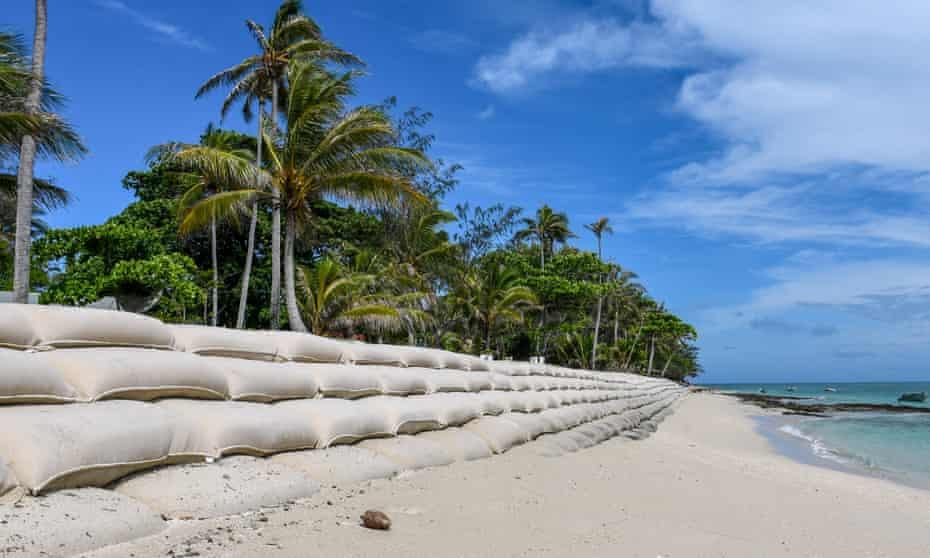 Emergency sandbagging on Poruma's western edge