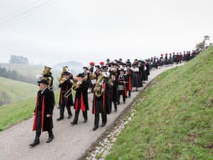 KirnbachEvery year on Judica, the 5th Sunday of Lent, the local band in traditional costume leads the congregation in a festive procession from the vicarage into the Protestant church. Since the 1960s, those being confirmed in this village always wear traditional costumes. However, in the neighbouring village of Gutach, also a Protestant community, those being confirmed have a choice as to whether they want to perform this ritual in their Sunday best or in traditional costumes.