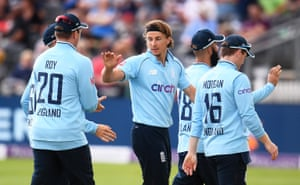 Tom Curran gets the wicket of Oshada Fernando for 18.