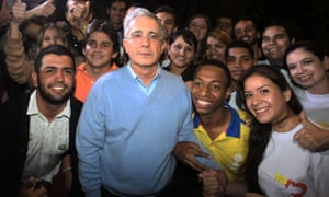 Álvaro Uribe poses with supporters