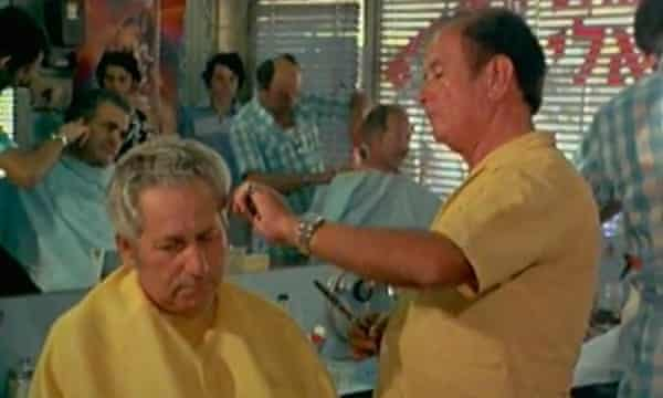 Abraham Bomba cuts the hair of an unidentified customer in Shoah.