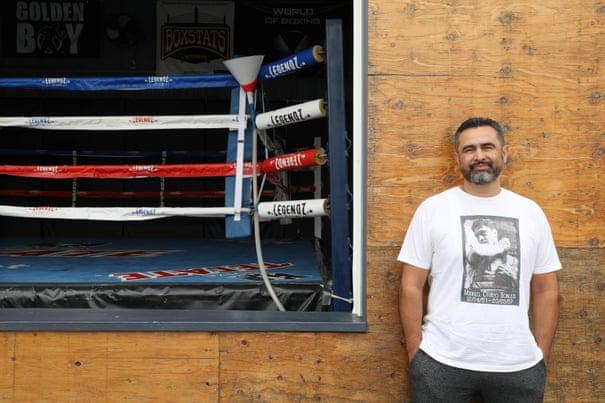 Manny Robles en su gimnasio de boxeo Legendz en Norwalk, California.