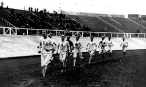 Emil Voigt of Great Britain on his way to winning the Five Mile Race in the 1908 London Olympics.