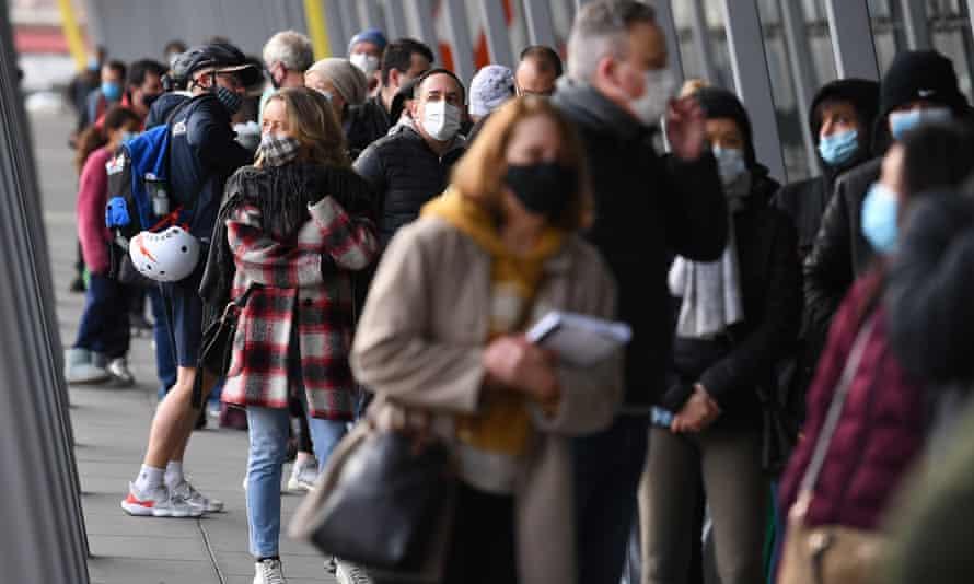 La gente espera en fila en la clínica de vacunación del Centro de Exposiciones y Convenciones de Melbourne