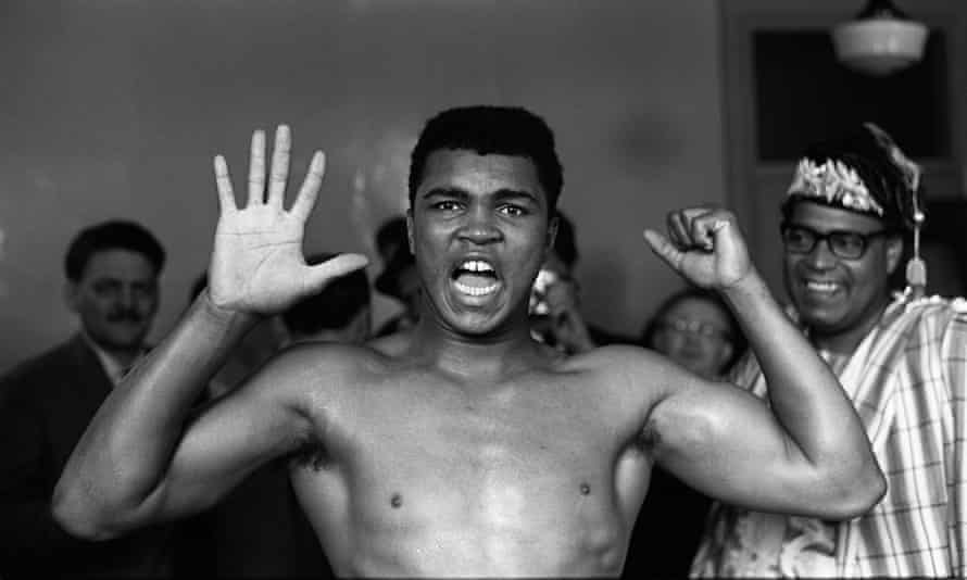 Clay holds up five fingers, predicting Henry Cooper will go down in five rounds.
