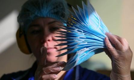 Masker non-anyaman ditemukan untuk memblokir hampir semua tetesan yang dikeluarkan saat batuk.