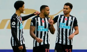Newcastle United's English striker Callum Wilson (C) celebrates scoring.