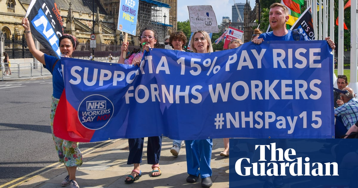 Anger as minister fails to announce expected pay rise for NHS staff