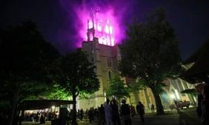 La cathédrale de Lausanne est éclairée en violet, la couleur officielle du mouvement.