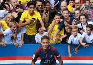 Neymar poses for PSG fans in 2017.