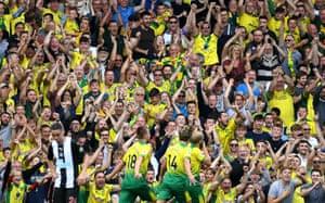 Teemu Pukki (rechts) von Norwich City feiert seinen Treffer.