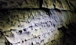 marcas extrañas en una pared de roca