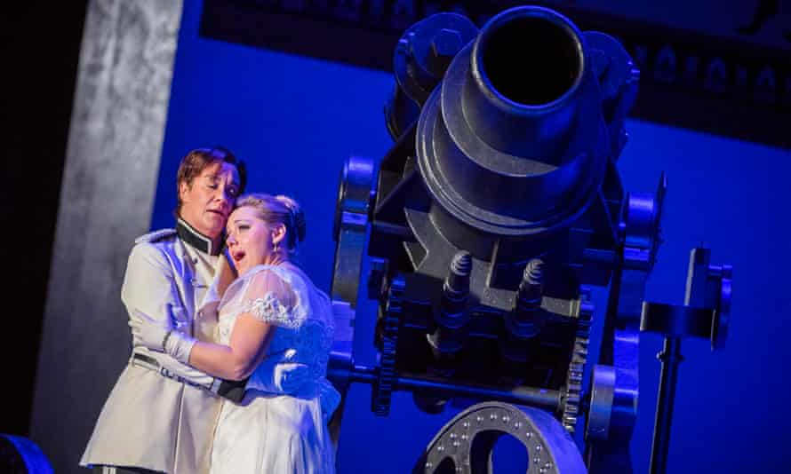 Boom … Alice Coote, left, and Sophie Bevan as Octavian and Sophie in Robert Carsen's Der Rosenkavalier for Royal Opera.