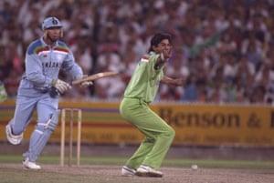 巴基斯坦的Wasim Akram在1992年墨尔本板球世界杯决赛期间呼吁英格兰的Derek Pringle的检票口。