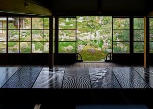 Ehrhardt in Ryosokuin tatami room overlooking Chisenkaiyushiki garden