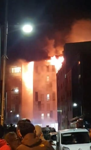 Tòa nhà đã được sơ tán khi ngọn lửa chiếm giữ.