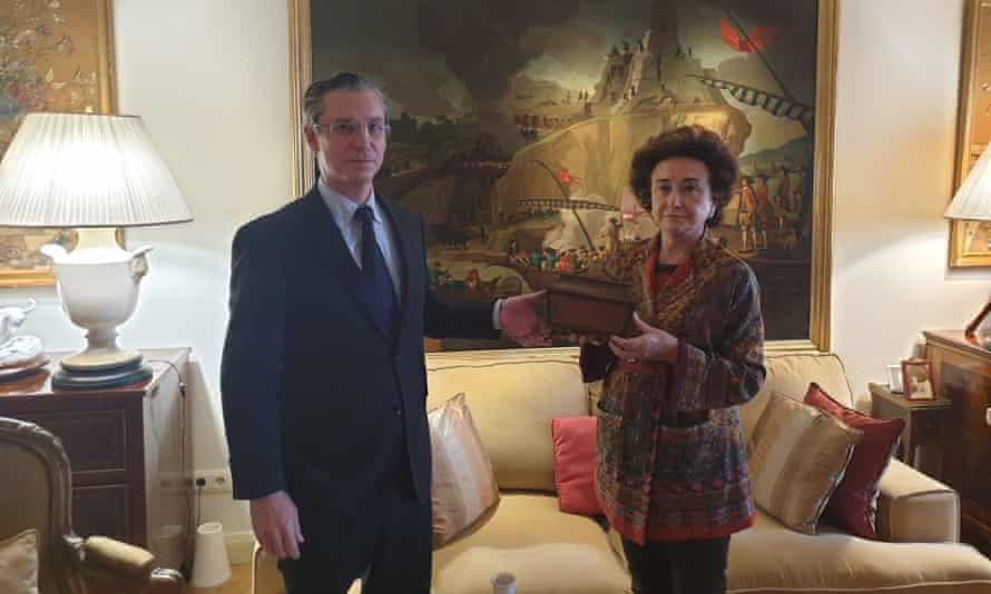 The current countess of Asalto hands the wooden box to professor Pablo Sánchez Garrido, who is leading the search for Calderón's casket.