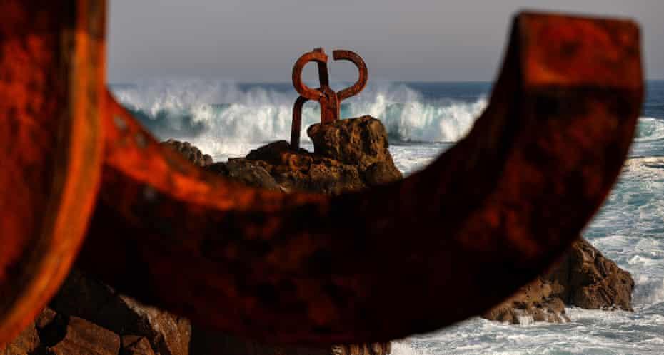 Monumental's مجسمه ساحلی ادواردو چیلیدا شانه باد.