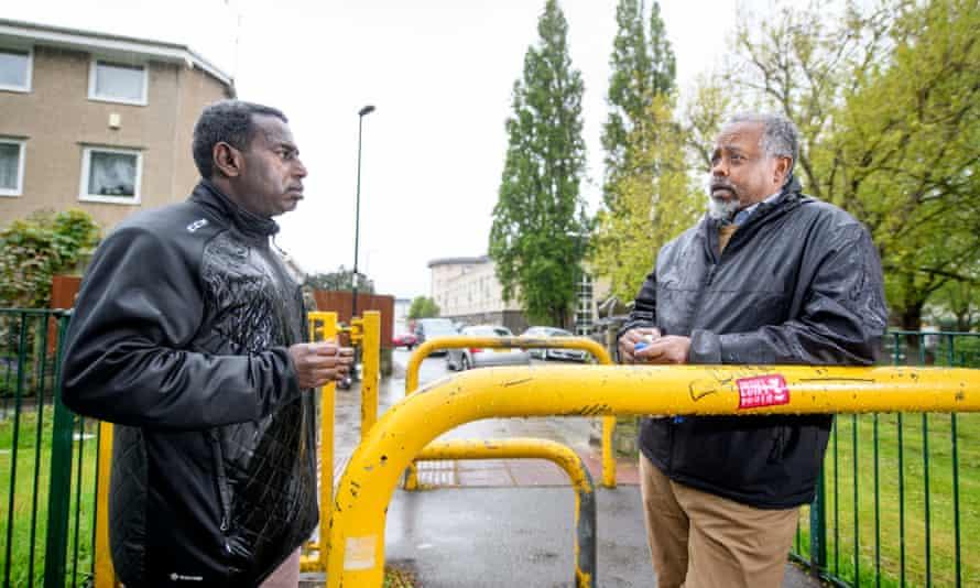 یاسین محمود (سمت چپ) ، با یكی از طرفداران خود ، عبدیهاكین اسیر ، یكی از مشاوران جدید حزب سبز در منطقه لارنس هیل در بریستول.