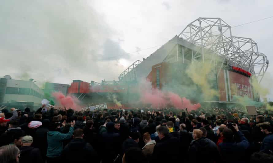 هواداران منچستر یونایتد قبل از بازی با لیورپول به گلزرها اعتراض کردند.