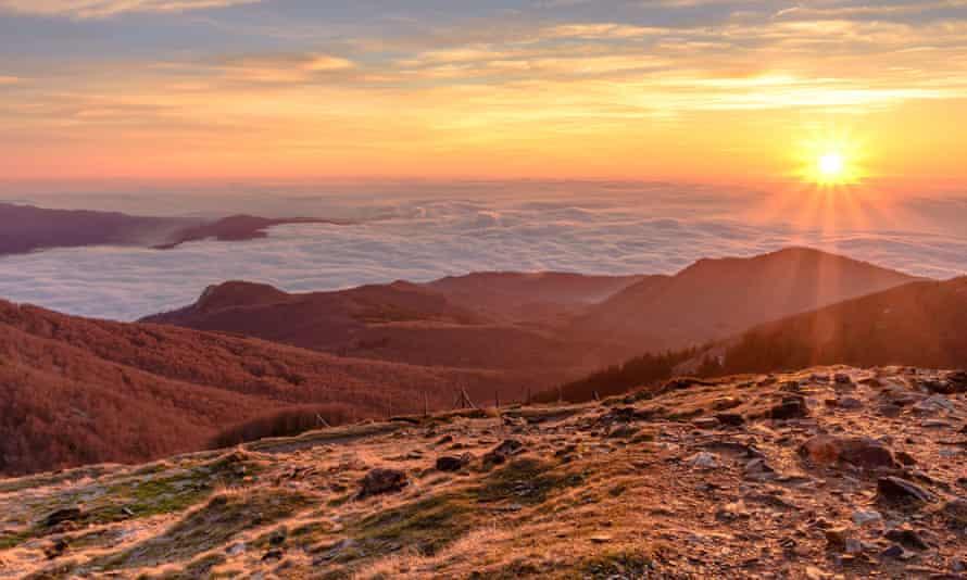 Amanecer en la cumbre de Les Agudes, en el Parque Natural del Montseny, Cataluña, España