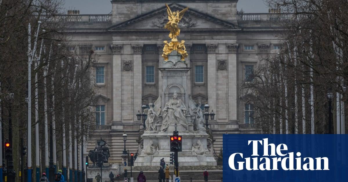 Man arrested carrying axe near Buckingham Palace