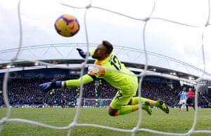 Ben Hamer is unable to keep out Alex Iwobi's shot.