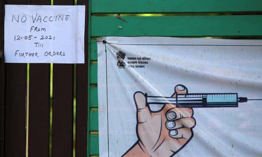 اطلاعیه ای در خارج از مرکز واکسیناسیون در دهلی