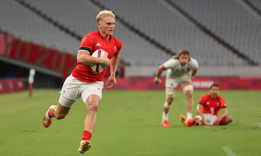 Ben Harris runs in to score a try for Great Britain during their sevens victory over the United States at  Tokyo Stadium
