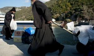 Οι μοναχοί λαμβάνουν παραδόσεις από και προς τα μοναστήρια από τον κύριο λιμένα που ονομάζεται Dafne.