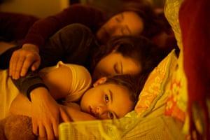 Mrs S (Maria Doyle Kennedy), Sarah (Tatiana Maslany), and Kira (Skyler Wexler)