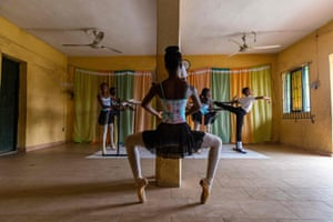 Olamide Olawale stands in the relevé à la pointe position during rehearsals