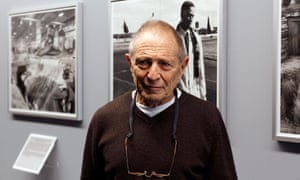 South African photographer David Goldblatt posing before an exhibition in 2011.