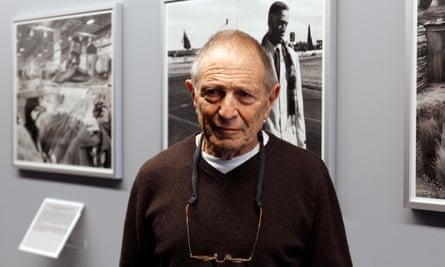 South African photographer David Goldblatt posing before an exhibition in 2011.