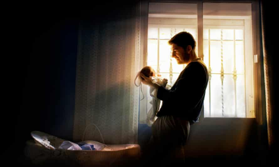 Researchers determined fathers who would have been eligible for paternity leave did almost an hour more childcare a day from 2009 to 2010, compared to ineligible fathers.
