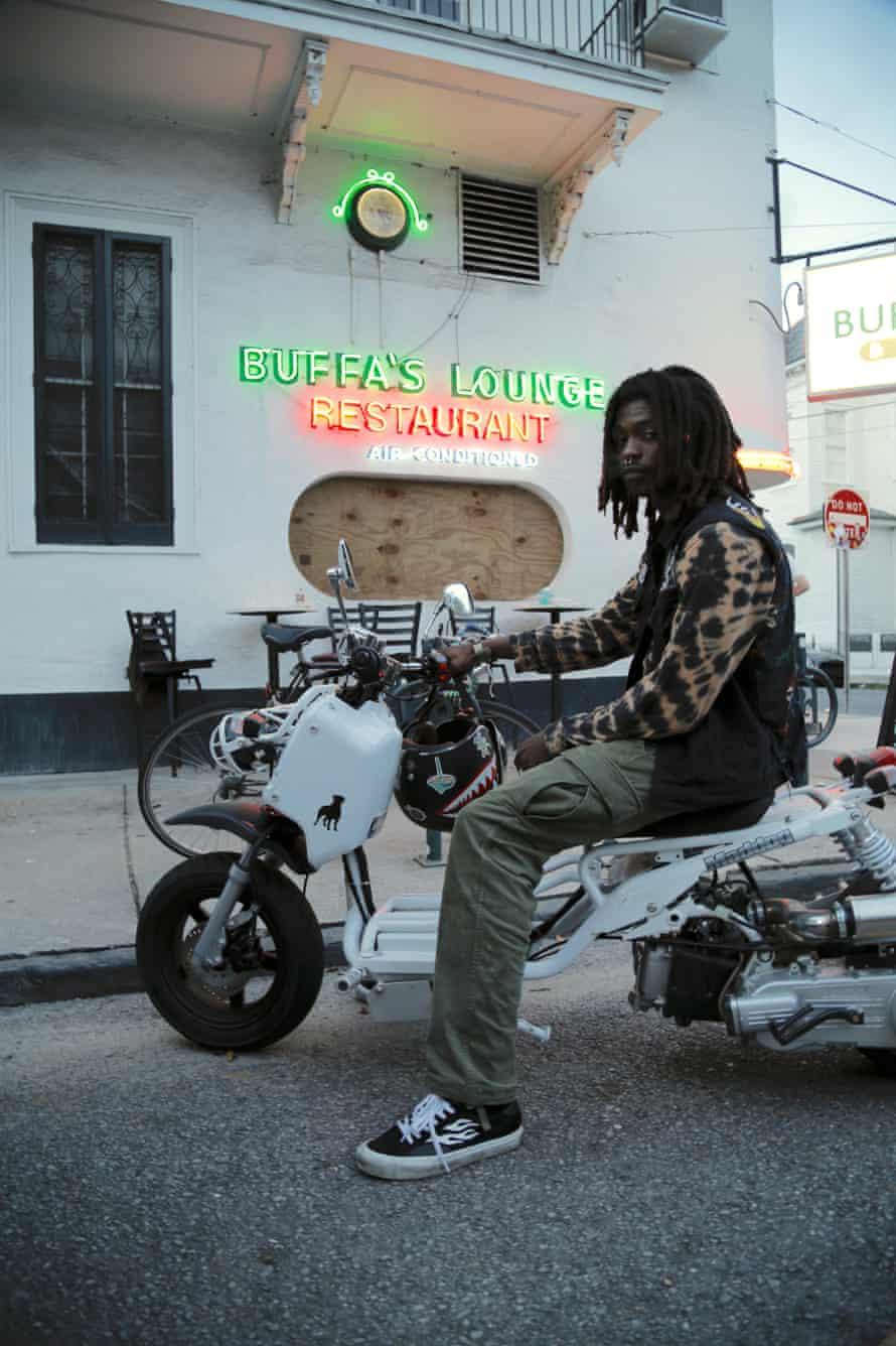 Aha Hassanは、土曜日にBuffaLoungeの外に住むニューオーリンズです。 彼はハリケーンアイダが近づくと町にとどまる予定です。