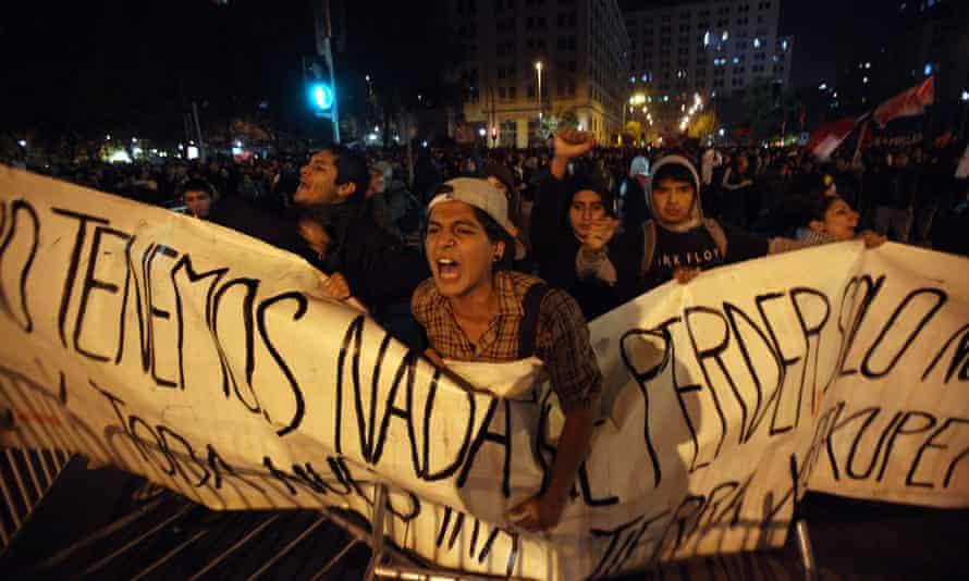 Ecologistas gritan consignas frente a policías antimotines durante una manifestación en contra de una represa hidroeléctrica propuesta para la Patagonia chilena, en Santiago en 2011.