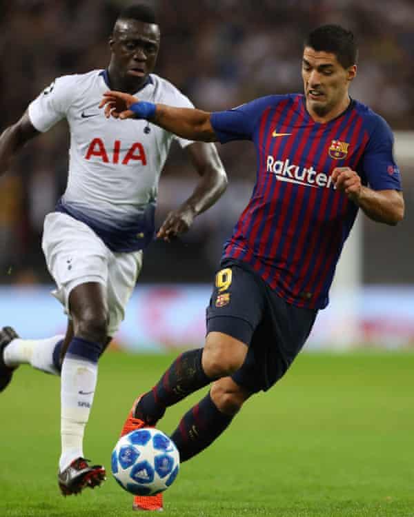 Luis Suárez skips past Davinson Sanchez.