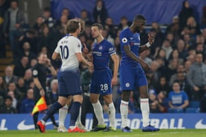 Kane clashes with Azpilicueta.