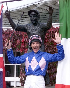 Frankie Dettori unveils the statue of himself at Ascotto commemorate the seven winners he rode on the same card five years earlier in 1996.